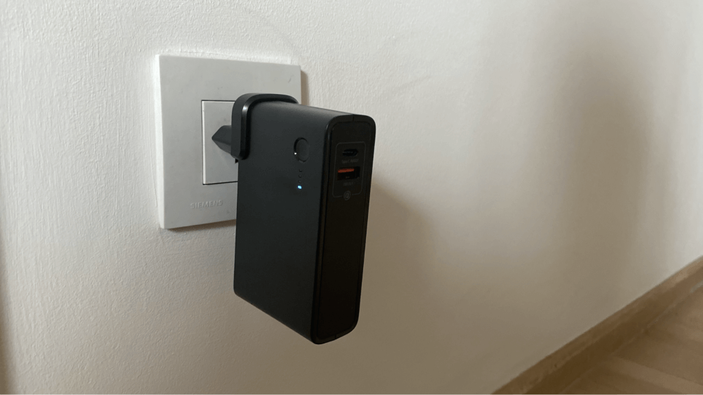 Baseus 2-in-1 Quick Charger & Power Bank GaN charger を充電中
